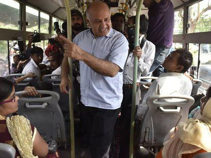 El viceprimer ministro, Manish Sisodia, habla con mujeres el 4 de junio en un autobús sobre el plan del gobierno de Delhi para realizar viajes gratis para mujeres en autobuses públicos y metro el 4 de junio en Nueva Delhi.