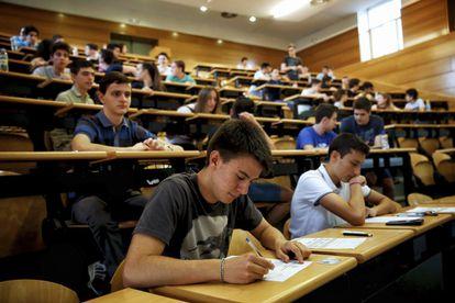 Alumnos del examen de Selectividad en la Complutense, el junio pasado.