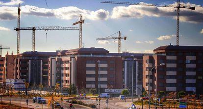 Grúas en la construcción de una promoción de vivienda nueva en el barrio de Arroyofresno, distrito de Fuencarral (Madrid).