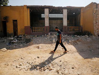 Un hombre camina enfrente de un cementerio en ruinas en el Cairo en una imagen de archivo.