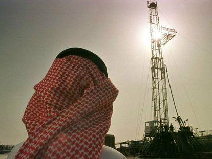 Un empleado de Aramco observa los trabajos del campo petrolífero al-Howta.