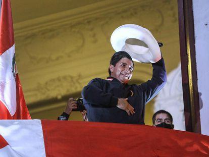 Pedro Castillo saluda a sus seguidores desde la sede de su partido Perú Libre, el jueves en Lima.