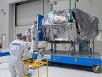 Trabajadores de Airbus desempaquetan el satélite Seosat-Ingenio en Kuru (Guyana Francesa), el 28 de septiembre.