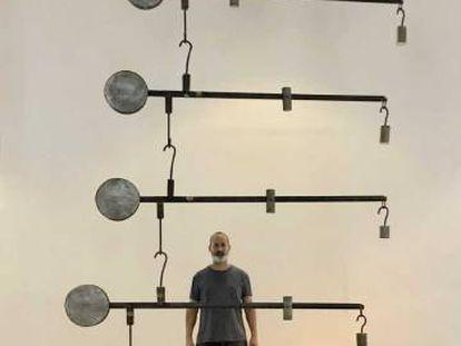 El artista Marco Castillo, junto a su obra 'Gabriel' en la 13ª Bienal de La Habana.