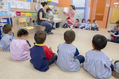 Aula de educación infantil para niños de tres años en un colegio público de Barcelona.