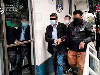 Agentes de la Policía de Investigación detienen a Fidel Kuri en Ciudad de México.