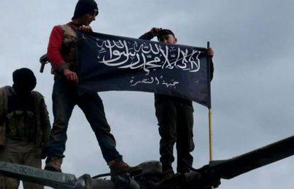 Opositores afiliados al Frente Al Nusra ondean la bandera de su milicia en Idlib.