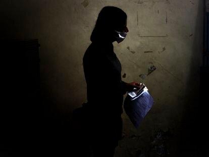 Un familiar del mototaxista baleado pide informes en el Antiguo Hospital Civil de Guadalajara la primera semana de mayo.