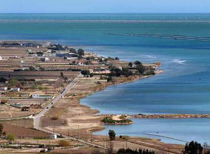 Imagen de la bahía de los Alfacs, donde se construirá el primer dique, de 16 kilómetros, que intentará contener la subida del agua.