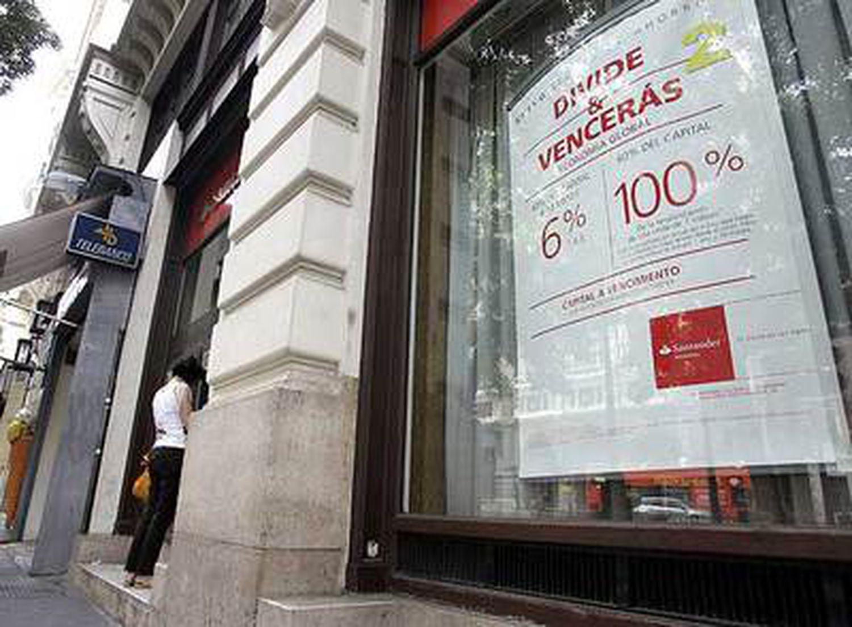 Carteles que publicitan productos financieros en una oficina bancaria de Madrid.