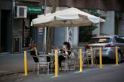 Terraza de un bar de la calle Dos de Maig de Barcelona ubicada donde anteriormente aparcaban coches.