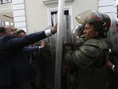 Miembros de la oposición venezolana intentan ingresar a la Asamblea Nacional.