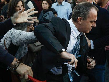 Algunos manifestantes han impedido la entrada de varios invitados al acto, en el Palau de Congressos de Catalunya. En vídeo, los manifestantes impiden la entrada de invitados.
