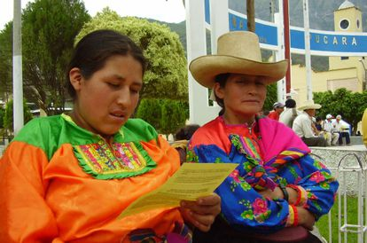 Dos campesinas peruanas en una reunión de líderes comunitarios.