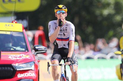 Matej Mohoric manda callar después de ganar la 19ª etapa del Tour de Francia.