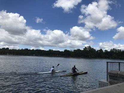 Dos piragüistas en el lago de la Casa de Campo.