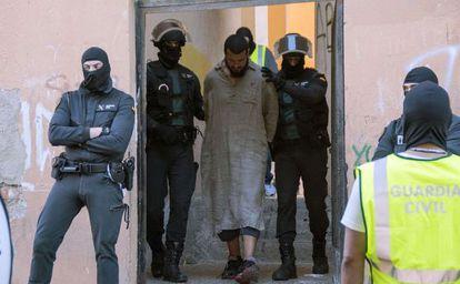 Uno de los supuestos islamistas detenidos en mayo pasado en el aeropuerto de Melilla. / Blasco de Avellaneda (Reuters)