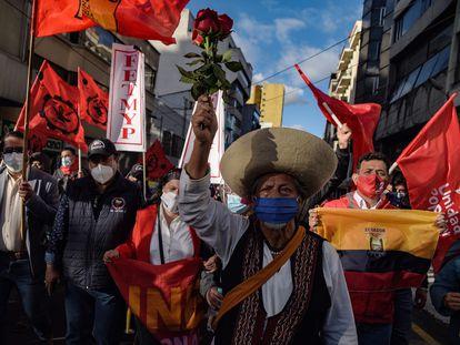Manifestantes participan en una protesta contra las medidas económicas tomadas por el Gobierno de Ecuador en reacción a la pandemia en Quito, el pasado 22 de octubre.