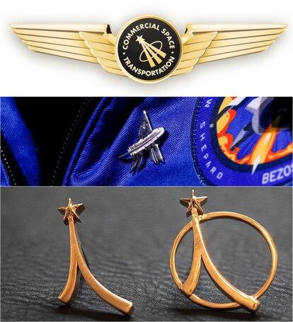 De arriba a abajo, la insignia que entrega la FFA, la que lució Bezos en su traje y las que entrega la Asociación de Exploradores Espaciales.
