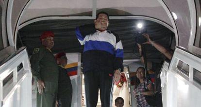 Chávez toma el avión en Caracas rumbo a Cuba el 10 de diciembre de 2012. / REUTERS
