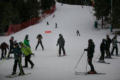 Esquiadores en la estación de la Masella, que abrió las pistas el pasado lunes.