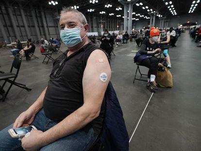 Meti Gashi espera en observación después de recibir la vacuna contra la covid-19 el 18 de marzo, en Nueva York.