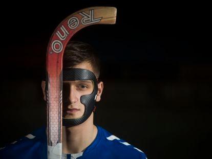 El jugador de Hockey Roger Bars, con la máscara que protege su cara.