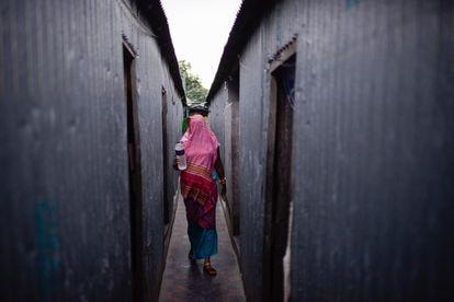 La propietaria de una tienda reparte agua fría a las mujeres del burdel de Kandapara.