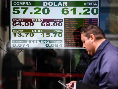 Una pizarra muestra la cotización del dólar en una casa de cambio de divisas en el centro de Buenos Aires.