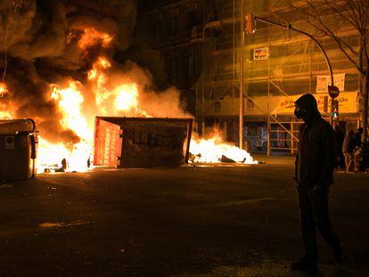 Incendio provocado por los manifestantes que apoyan a Pablo Hasél durante los disturbios del jueves en Barcelona.