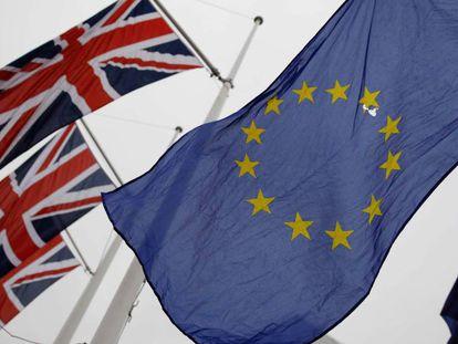 Varias banderas del Reino Unido y de la UE, en una protesta contra el Brexit en Londres.