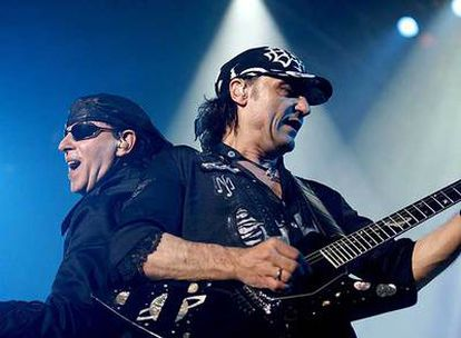 El cantante de Scorpions, Klaus Meine, y el guitarrista Matthias Jabs, durante el concierto de anoche en Leganés.