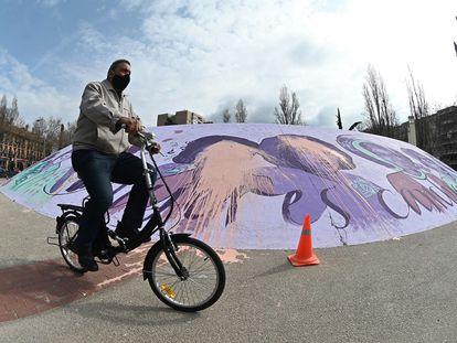 Vista del mural feminista de Alcalá de Henares, Madrid, que ha amanecido este domingo con pintadas.