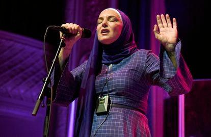 Una de sus últimas apariciones en directo, en San Francisco, el 7 de febrero de 2020. Actúa con el hiyab después de convertirse al islam.