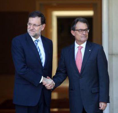 Mariano Rajoy y Artur Mas se saludan en la puerta de La Moncloa.