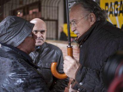 Iñaki Azkuna, a la derecha, habla con el padre de Iñigo Cabacas.