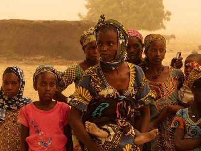 Un grupo de mujeres y menores en el pueblo de Ogossagou, en Mali.