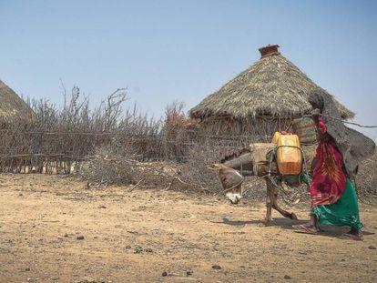 Una mujer acarrea agua en Etiopía.