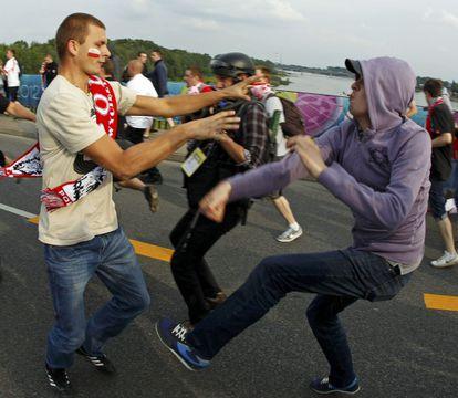 Enfrentamientos entre hinchas polacos y rusos.