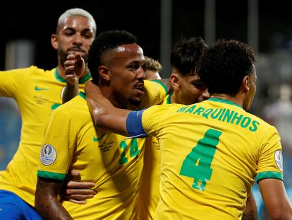 Los jugadores de Brasil celebran el gol de Militão.