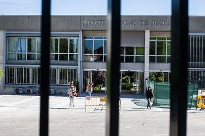 Las puertas del Liceo Francés en Madrid, donde una de las aulas de primero de Primaria se encuentra en confinamiento preventivo.