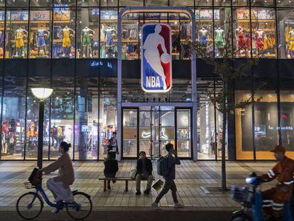 Imagen de una tienda de la NBA en Pekín. En vídeo, declaraciones el pasado martes de Adam Silver, comisionado de la NBA.