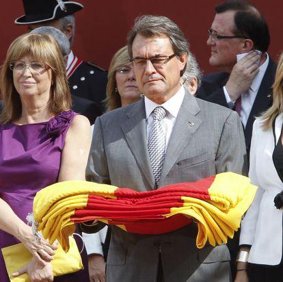 Artur Mas, presidente de la Generalitat catalalana, con la señera durante un acto institucional en la Diada en Barcelona, el pasado martes.