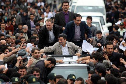 Fotografía distribuida por la presidencia iraní de un acto de Ahmadineyad, ayer en Ardabil (norte de Irán).