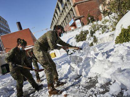 Militares del Ejército de Tierra limpian este lunes el acceso de entrada al Hospital Gregorio Marañón de Madrid.