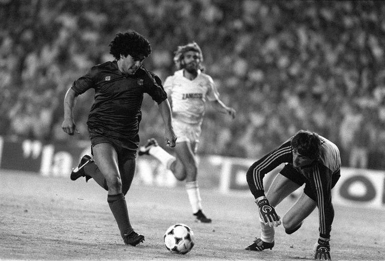 Maradona, con Agustín y Juan José antes de marcar un recordado gol al Real Madrid, el 26 de junio de 1983.
