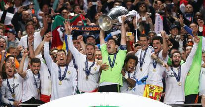 Casillas levanta el trofeo de la décima Champions del Madrid.