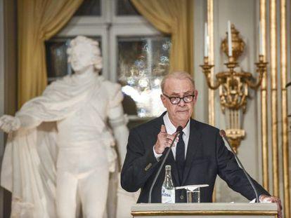 El escritor francés Patrick Modiano, durante su discurso al recoger el Nobel de Literatura.