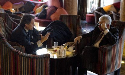 El presidente electo de la Generalitat, Artur Mas, con Ferran Mascarell, el viernes en un hotel de Barcelona.