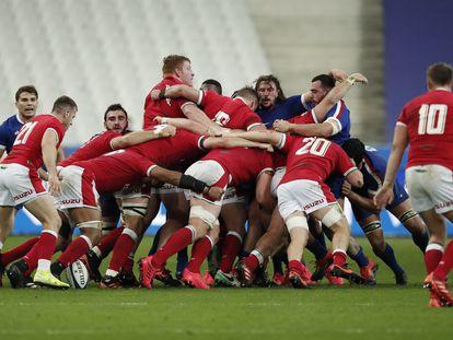 Los jugadores de Gales y Francia chocan en un melé durante el partido disputado el pasado sábado en el Stade de France.